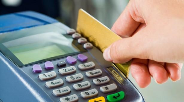 Pagamento com cartão de débito no exterior terá aumento de IOF